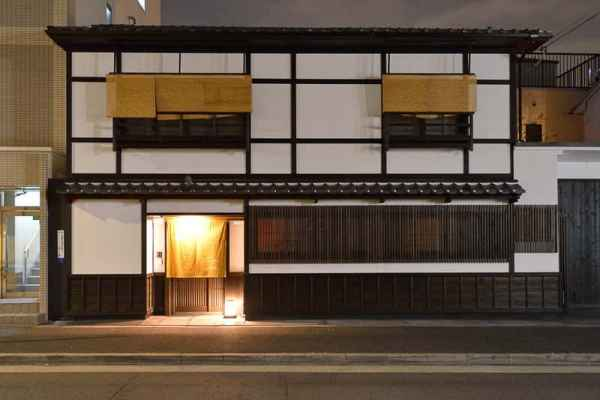 Luce ingresso tende gialle Kyoto Giappone
